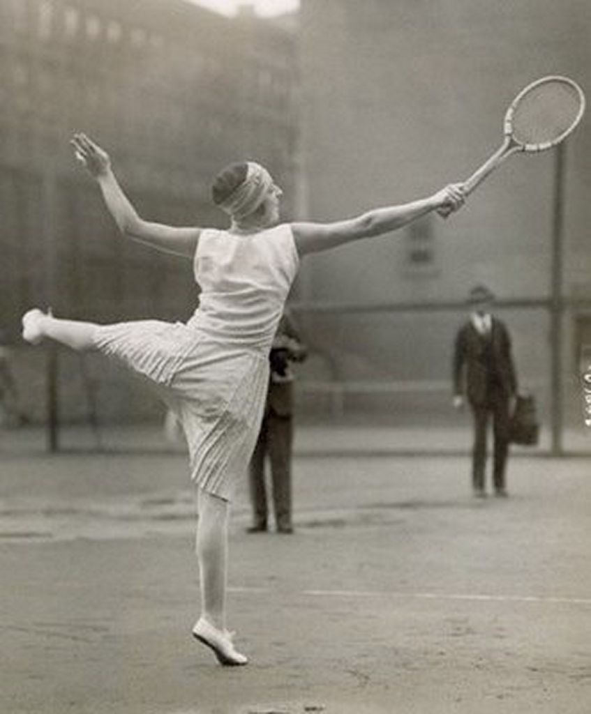 Suzanne-Lenglen-Playing-Tennis